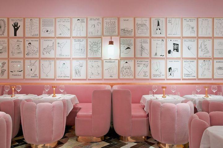 Sketch 餐廳內的 The Gallery 房間,粉色系設置讓人想起 Wes Anderson 的電影畫面。