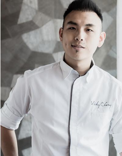 https://robert-parker-michelin-sg-prod.s3.amazonaws.com/media/image/2017/10/30/231078d1ee6942eb85f336b78b0c85e6_Chef+Vicky+Cheng_+VEA+Restaurant+%28Hong+Kong%29+rev.jpg