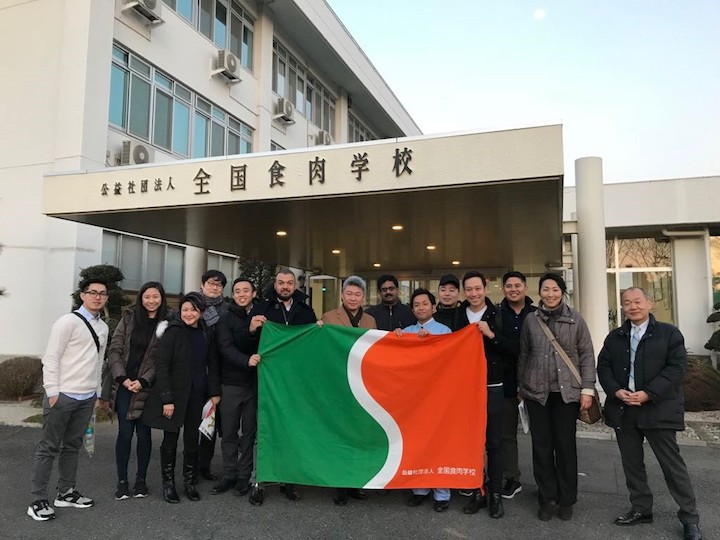 Andre Huber (右四)與來自美國、台灣和印尼的「同學」於位於群馬縣的「全國食肉學校」合照。